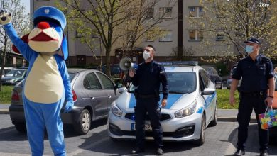 Śląskie: Policjanci zaśpiewali pod blokiem, a Sznupek zatańczył! To prezent urodzinowy! (fot.policja)