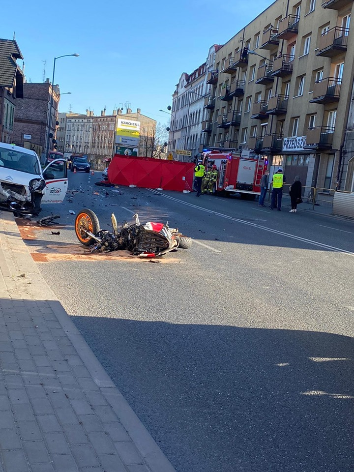 Tragiczny w skutkach wypadek motocyklisty miał miejsce w piątek, 10 kwietnia popołudniu. W Chorzowie, na ulicy Katowickiej zginął 33-letni motocyklista (fot.Marcel Żak)