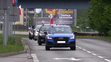 Skromny protest przedsiębiorców 1 maja pod Spodkiem. Przyjechało kilkanaście aut