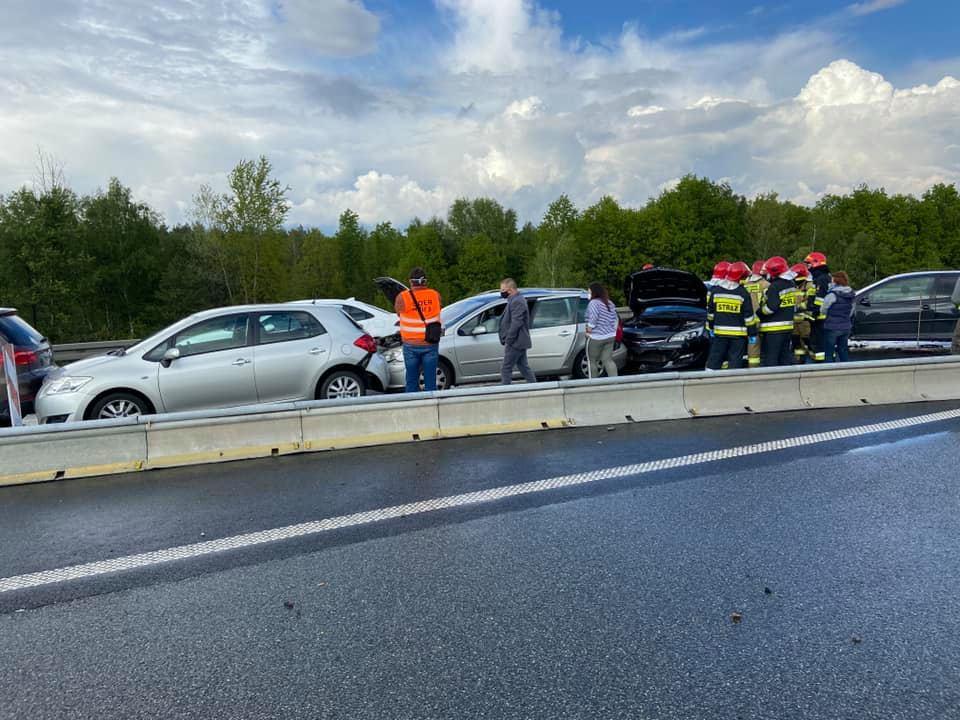 Karambol w Katowicach na A4 i korek na 5 km! Jedna osoba w szpitalu, 5 rozbitych samochodów (fot.JRG PSP Katowice)