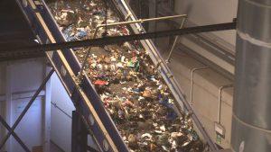 Wyrzucanie śmieci. Może nie zawsze o tym myślimy w takim właśnie kontekście, ale to jedna z droższych czynności, jakie na co dzień wykonujemy