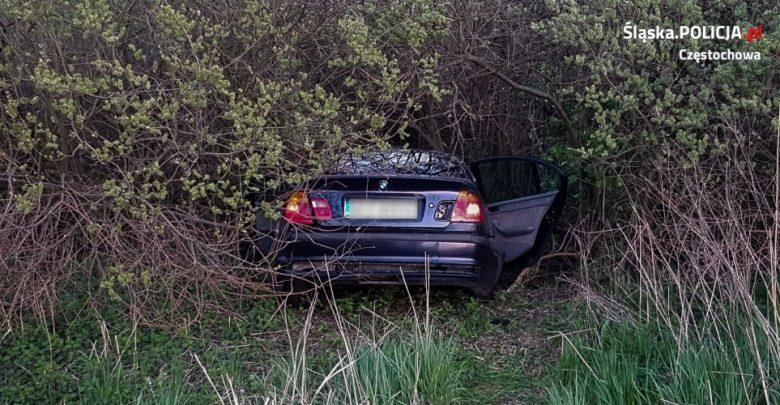 """Kierowca BMW swój """"rajd"""" zakończył w krzakach. Chciał uciec przed policją. Fot. KMP w Częstochowie"""