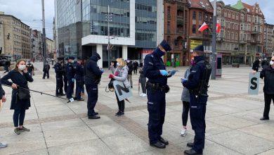 Katowice: Protest przeciwko wyborom korespondencyjnym pod Skarbkiem. Przyjechała policja zdjęcia: Paweł Jędrusik Fotografia