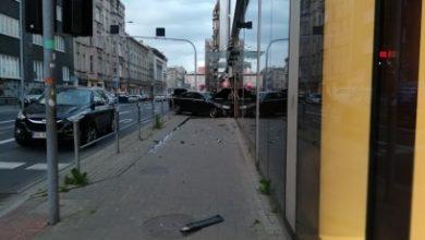Groźny wypadek w Katowicach! We wtorek, 2 czerwca wieczorem, samochód osobowy wbił się w Galerię Katowicką! Kierowca Audi jest ranny!