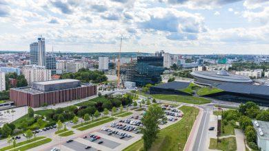 Trwa budowa najwyższego budynku w Katowicach. W górnej części konstrukcji pojawiły się czarne panele [ZDJĘCIA] (fot. facebook/biutowceKTW)