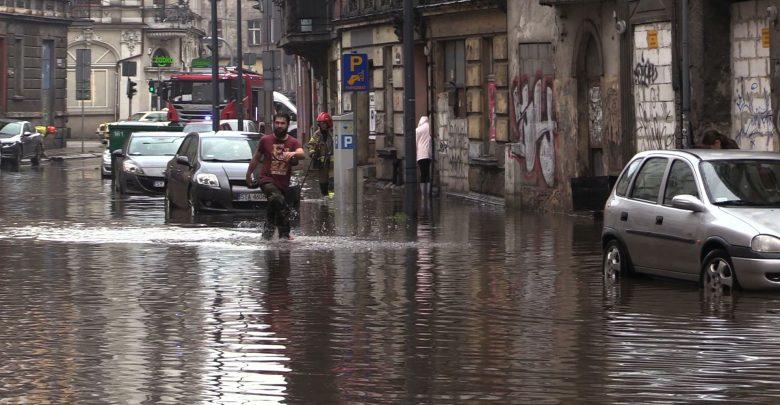 POTĘŻNA burza zalała Bytom! Ulice i samochody zalane, nad miasto nadciąga kolejna nawałnica!