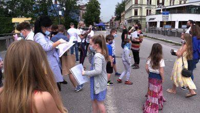 Uczniowie Alternatywnej Szkoły Podstawowej w Cieszynie zakończyli rok szkolny na Moście Przyjaźni bo kilkoro z nich mieszka w czeskim Cieszynie