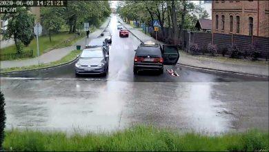 Śląskie: Małe dziecko wypadło z jadącego auta. Cud, że nie doszło do tragedii (fot.Śląska Policja)