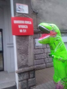 Ruda Śląska: Zagłosował w wyborach w kostiumie dinozaura i wszystko nagrał! (fot.Dino z Bykowino)