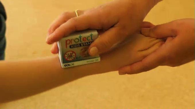 Jak przekonać dziecko do dokładnego mycia rąk? Używając specjalnej pieczątki! [WIDEO]