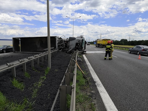 Ogromny korek utworzył się na autostradzie A4 po tym, jak w Gliwicach tuż przed bramkami wywrócił się TIR z węglem. Węgiel wysypał się na jezdnię, całkowicie blokując ruch w tym rejonie (fot.Paweł Smalcerz)