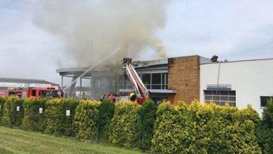 Groźny pożar salonu samochodowego w Mysłowicach. Strażacy opanowali już ogień w salonie Forda (fot.alarm@tvs.pl)