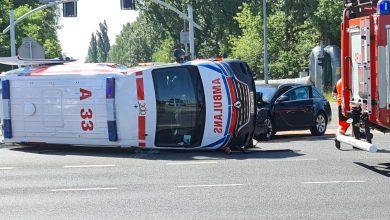 Wypadek karetki pogotowia w Jaworznie! Przewrócona karetka leży na drodze (foto.Z.Abramczyk)