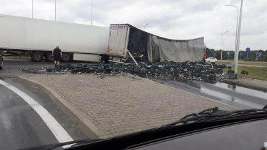 Groźny, a na pewno spektakularnie wyglądający wypadek w Żorach! Na drogę wojewódzką nr 935 z ciężarówki niczym ulęgałki wysypały się butelki piwa! (foto.Ewa Stopnicka)