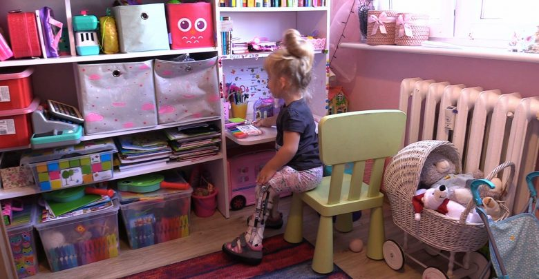 """6-latka z Będzina marzy, żeby normalnie chodzić. Mówi o sobie """"grzeczność"""" i dzielnie walczy z bólem i chorobą!"""