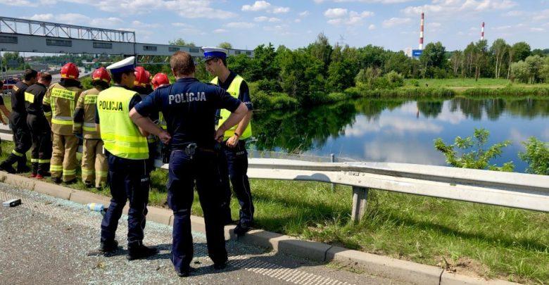 Koszmarnie wyglądający wypadek w Gliwicach! Z DTŚ po tym jak koziołkował i spadł ze skarpy - samochód z 3 osobami w środku wpadł do stawu!