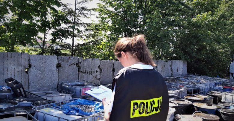 Prawdziwa bomba ekologiczna w powiecie mikołowskim. Zatrzymanym za składowanie nielegalnych odpadów grozi 5 lat więzienia (fot.Śląska Policja)