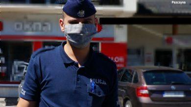 Śląskie: Policjanci kontrolują, czy klienci sklepów stosują się do obowiązku noszenia maseczek (fot.KPP Pszczyna)