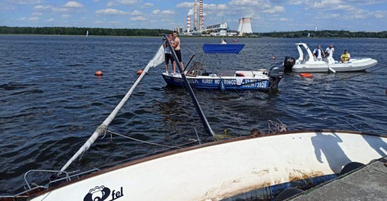 Pięć osób wpadło do wody po tym, jak na Zalewie Rybnickim wywróciła się żaglówka (fot.KMP Rybnik)