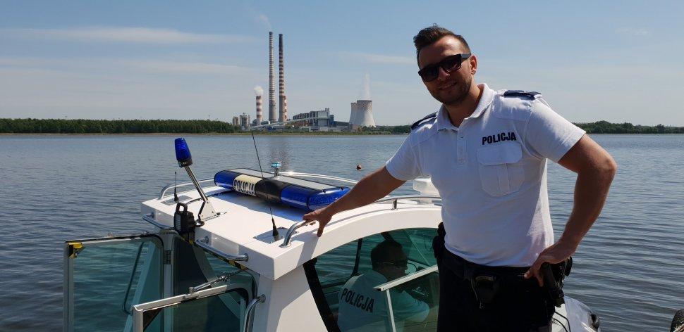 Rybniccy policjanci, którzy pełnią służbę w sezonowej komórce policji wodnej patrolując Zalew Rybnicki, uratowali żeglarzy, którym wywróciła się łódź (foto.KMP Rybnik)