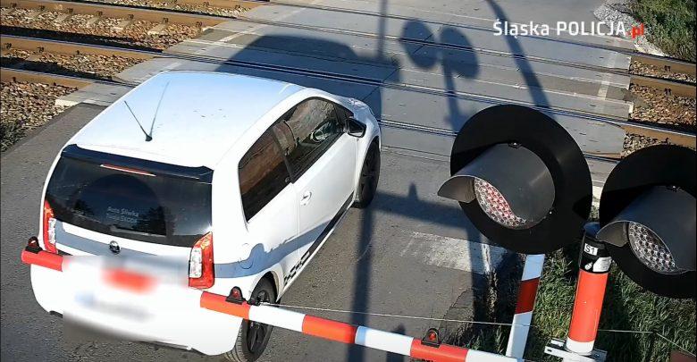 Śląskie: Utknęła między zaporami na przejeździe kolejowym! Kobieta uciekła w ostatniej chwili [WIDEO]