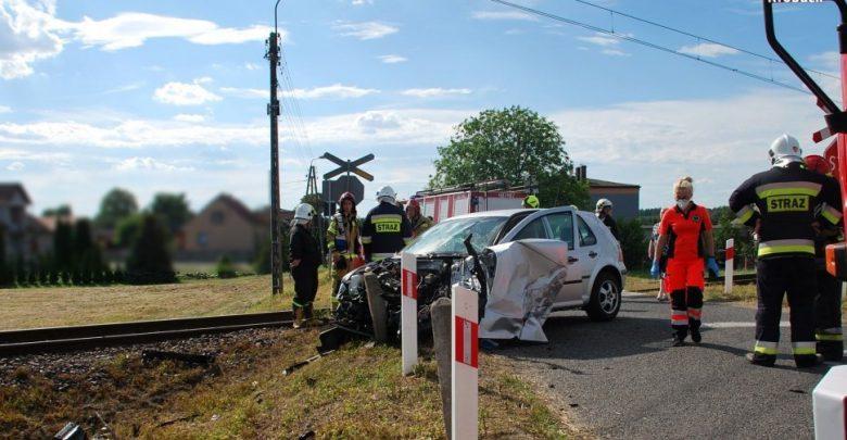 Wjechała pod pociąg osobowy, cudem uniknęła śmierci. Fot. Policja Śląska