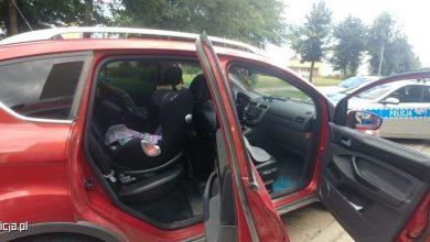 Policjanci musieli wybić szybę w samochodzie. W środku był niemowlak! (fot.policja)