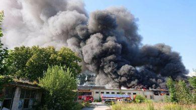 Śląskie: Potężny pożar trawił fabrykę płyt pilśniowych! Z ogniem walczyło 16 zastępów strażaków (fot.zawiercie112.pl)