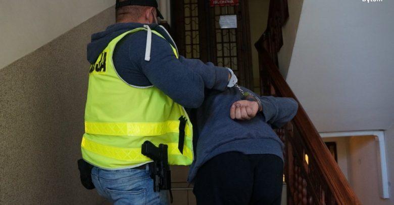 Ranny policjant w Bytomiu. Funkcjonariusz został zaatakowany przez 24-letniego mężczyznę, który rzucił w niego butelką (fot.policja)