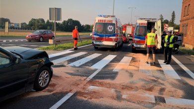 """O krok od tragedii w Mikołowie! Samochód uderzył w kobietę i trójkę dzieci na """"pasach"""" (fot. KMP Mikołów)"""