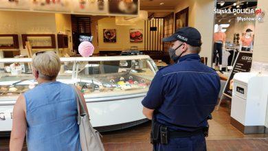 Policjanci z Mysłowic za brak maseczki dają mandaty... zaufania. Fot. KMP w Mysłowicach
