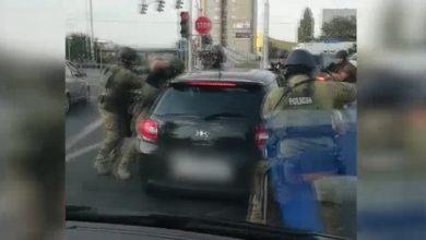 Ostra akcja na drodze! Policja wyciągnęła bandziora z auta jak sardynkę z puszki!