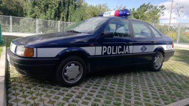 """Fałszywi policjanci zatrzymani podczas kontroli drogowej. Ich """"radiowóz"""" miał radiostację i miernik prędkości Rapid (fot.policja.pl)"""