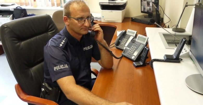 2-latek połknął leki dla dorosłych! Policyjny radiowóz zamienił się w karetkę (fot.policja.pl)