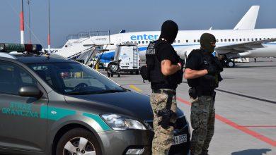 Wakacje w Grecji dla żartującego o bombie zakończyły się na płycie lotniska (fot.Straż Graniczna)