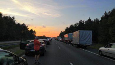 Ogromny korek po wypadku do jakiego doszło na autostradzie A4. Zablokowane są pasy jezdni w stronę Katowic. Korek ma już kilka kilometrów. To wynik dachowania w rejonie węzła Chrzanów
