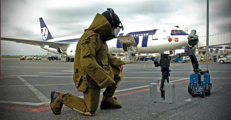 W trakcie kontroli bezpieczeństwa przed przejściem do strefy oczekiwania na samolot, oświadczyła, że w ochraniaczach na stopy ma bomby (foto.Straż Graniczna/facebook)