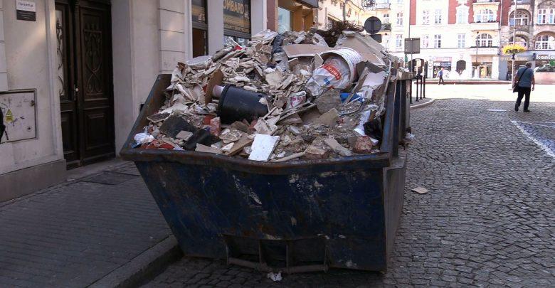 Oddając odpady budowlane, uważaj komu je przekazujesz, bo możesz dostać mandat. I to wysoki. To nie żart