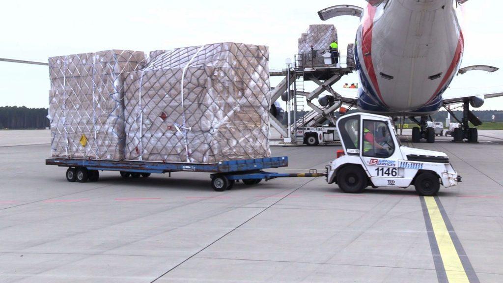 POTĘŻNY Jumbo jet z Wuhan wylądował w Pyrzowicach! Boeing 747-400 ERF przywiózł transport maseczek
