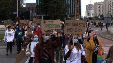 """""""Kto nie skacze ten za węglem"""" pod takim hasłem odbył się piąty Młodzieżowy Strajk Klimatyczny w Katowicach"""