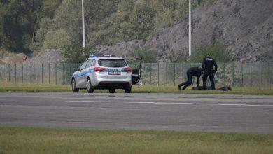 Mężczyzna wdarł się na płytę lotniska, ale szybko został obezwładniony. Spokojnie to tylko ćwiczenia. [fot. KMP Bielsko-Biała]