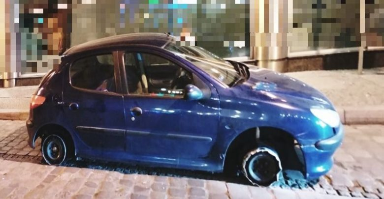 Jechał autem bez dwóch opon. Ich brak zrekompensował sobie alkoholem (fot.Policja Dolnośląska)