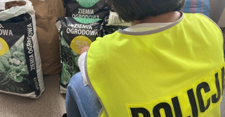 Policyjny nos nie zawiódł, bo w 7 workach po ziemi ukryty był tytoń (fot.KMP Częstochowa)