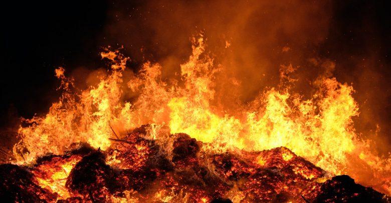 Policja zatrzymała dwóch podejrzanych o podpalenie składowiska chemicznych odpadów! (fot. pexels.com)