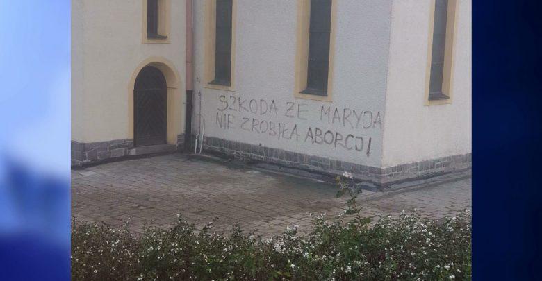 Konflikt zaczyna narastać i przenosi się na mury. Dewastacji w małej parafii w Gliwicach, w dzielnicy Ostropa, nie spodziewali się ani mieszkańcy i duchowni