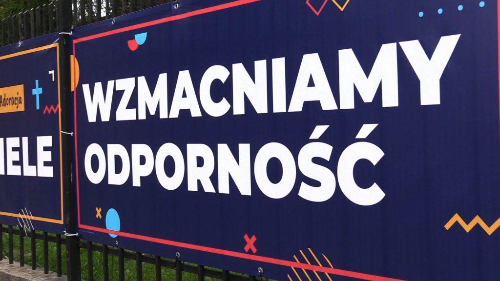 Kontrowersyjne czy zabawne? Książa w Katowicach wywiesili banery na rekolekcje. Internet eksplodował