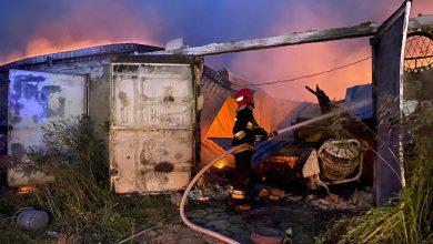 Bardzo duży pożar warsztatów samochodowych przy ul. Kościelniaka w Mysłowicach. Do rana z ogniem walczyło ponad 20 zastępów straży pożarnej (fot.Dariusz Wójtowicz)
