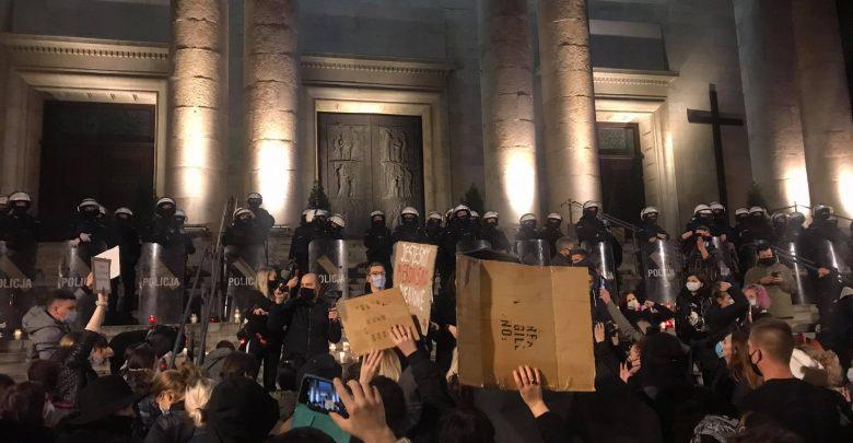 Policja szczelnie blokuje główne wejście do archikatedry Chrystusa Króla w Katowicach. [fot. Klara Kucharczyk]