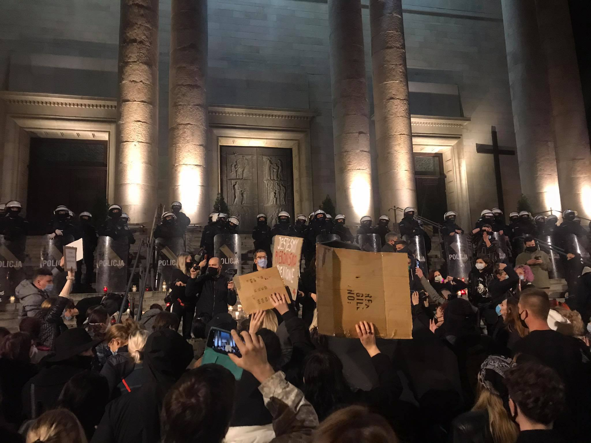 Policja blokowała wejścia do archikatedry, mimo że kobiety nie chciały do niej wejść. Protestujące po kolei zapalały znicze na schodach, zostawiały tam też transparenty. [fot. Klara Kucharczyk]