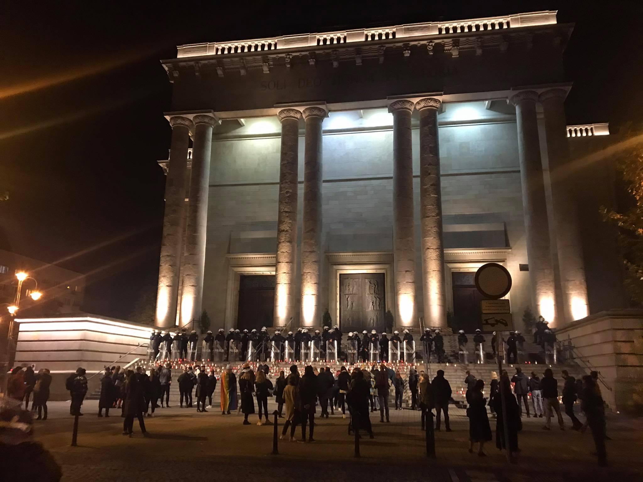 Po zapaleniu zniczy pod archikatedrą tłum zaczął się wykruszać, choć część protestujących podeszła jeszcze pod kurię metropolitalną. [fot. Klara Kucharczyk]